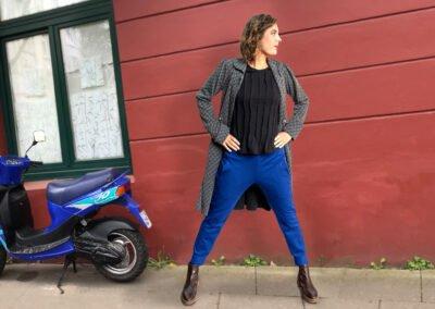 Winterkollektion 2020 blaue Hose und Herbstmantel